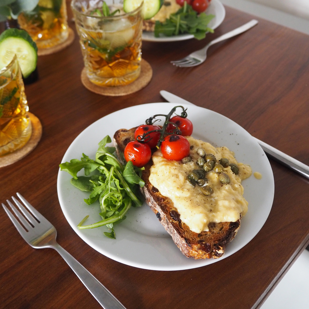 Scrambled eggs with goat's cheese and capers